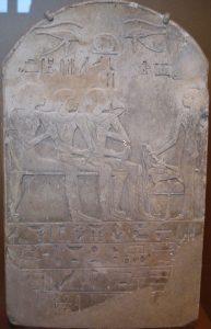 Senovės egiptiečių stelė, kurioje pavaizduotas miręs vyras vardu Ba, sėdintis centre ir uostantis šventąjį lotosą, Naujoji Karalystė, XVIII dinastija, 1550-1292 m.pr.m.e.